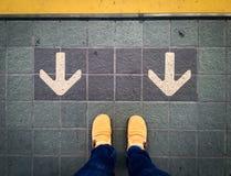 Stoppen Sie an der gelben Linie stockfoto