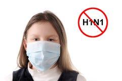 Stoppen Sie die Grippe. Mädchen in der schützenden Schablone Stockbild