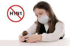 Stoppen Sie die Grippe. Mädchen in der schützenden Schablone Stockfotos