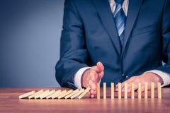 Stoppen Sie Domino-Effekt- und Risikomanagement stockfotos