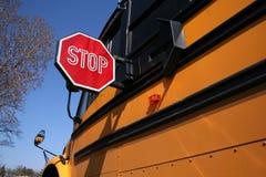 Stoppen Sie für Schoolbus Lizenzfreie Stockfotos