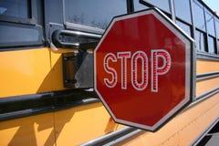 Stoppen Sie für Schoolbus Stockfotos