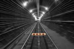 Stoppen Sie kennzeichnen innen den Tunnel stockfoto