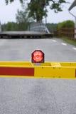 Stoppen Sie Leuchte an der Überfahrt Stockfotografie