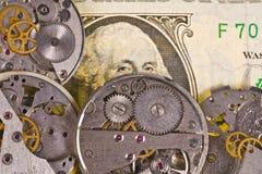 Uhrmechanismus mit Gängen auf Dollarbanknote Stockfotografie
