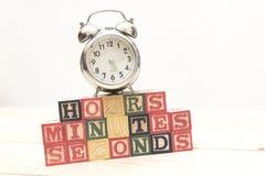 Stoppen Sie mit hölzernen Würfeln auf Holztischwortstunden, Minuten, Sekunden abkühlen ab Lizenzfreies Stockbild