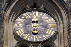 Stoppen Sie Nahaufnahme in Schloss Tschechischer Republik, Europa ab Abbildung der roten Lilie Prag-Glockenturmdetail Stockfotografie