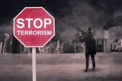 Stoppen Sie Terrorismustext mit männlichem Terroristen lizenzfreie stockfotos