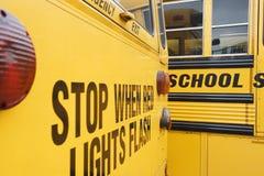 Stoppen Sie, wenn rote Lichter auf Schulbus blitzen Lizenzfreies Stockfoto