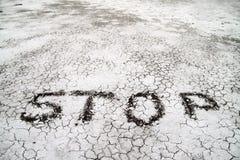 Stoppen Sie Zeichen auf einem Wüstenland Stockbild