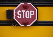 Stoppen Sie Zeichen auf Seite des Schulbusses Lizenzfreies Stockbild