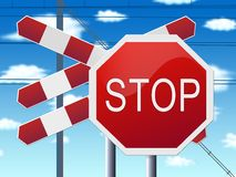 Stoppen Sie Zeichen an der Bahnüberfahrt und am blauen Himmel Lizenzfreies Stockfoto