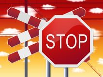 Stoppen Sie Zeichen an der Bahnüberfahrt und am roten Himmel Lizenzfreie Stockfotos