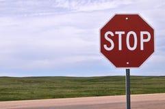 Stoppen Sie Zeichen gegen Grasland Stockfotos