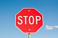 Stoppen Sie Zeichen mit blauem Himmel und Wolken Stockfotos