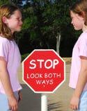 Stoppen Sie Zeichen und Kinder Stockfoto