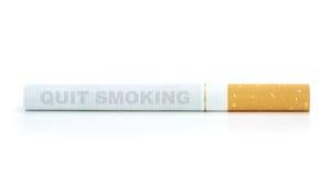 Stoppen Sie zu rauchen Text auf Zigarette Lizenzfreies Stockbild