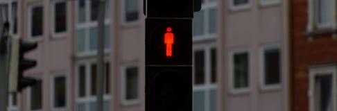 Stoppet röd trafikljus för att gångare ska stoppa tecknet och som ska stoppas att gå, bakgrund är suddigt, genom att blekna djup  Fotografering för Bildbyråer