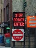 Stoppet skriver in inte vägmärken arkivbilder