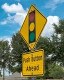 Stoppljus - tecken för tryckknapp framåt Arkivbilder