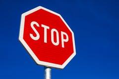 Stoppschild als Verkehrs-Beschilderung Lizenzfreie Stockfotografie