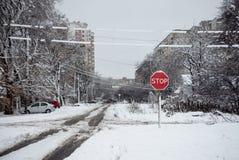 Stoppschild auf einer schneebedeckten Straße Stockfoto