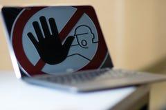 Stoppschild auf Notizbuchschirm Stockfotos