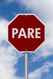 Stoppschild auf spanisch Pare Sign lizenzfreie stockfotos