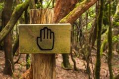 Stoppschild auf Waldweg Lizenzfreie Stockfotos