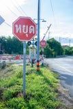 Stoppschild durch Zug Stockfoto