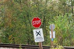 Stoppschild an einem Bahnübergang Stockbild