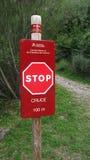 Stoppschild in einem Gebirgsweg Stockbild