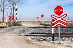 Stoppschild in einem Niveauübergang Stockbilder