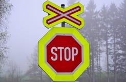 Stoppschild an einem Niveauübergang Stockfoto