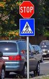 Stoppschild am Fußgängerübergang Stockbilder