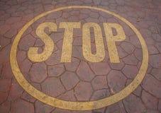 Stoppschild gemalt auf Boden Stockfoto