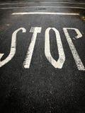 Stoppschild gemalt auf einer Straße Lizenzfreie Stockfotografie