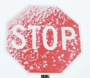 Stoppschild mit Schnee Lizenzfreies Stockbild