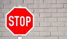 Stoppschild und Wand Stockfoto
