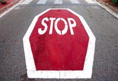 Stoppsignal på asfalt Fotografering för Bildbyråer