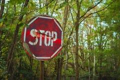 Stopptecken - gammalt rostigt, slitet skrapat rött vägmärke i radioaktiv zon i den Pripyat staden Chornobyl uteslutandezon fotografering för bildbyråer