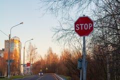 Stopptecken på sidan av vägen på ingången till staden royaltyfria bilder