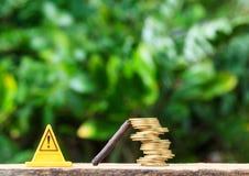 stopptecknet och mynt är riskabla på den smarta telefonen eller mobiltelefonen på nat Arkivfoton