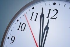 Stopptid- och tidbegrepp Stäng sig upp sikt på klockan som visar tolv timmar framförd illustration 3d royaltyfri illustrationer