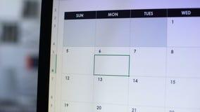 Stopptid planlagd i kalendern, hand som pekar på PCskärmen, Time-ledning arkivfilmer