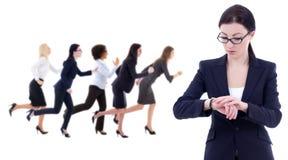 Stopptidbegrepp - den unga affärskvinnan kontrollerar tid på handledwat Arkivfoton