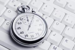 Stoppuhr auf weißer Tastatur Lizenzfreie Stockbilder