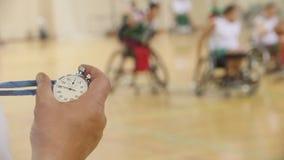 Stoppuhr in der Hand des Trainers während des Trainings für Rollstuhlbasketball, Zeitlupe stock video footage