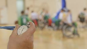 Stoppur i hand av lagledaren under utbildning för rullstolbasket Royaltyfria Foton