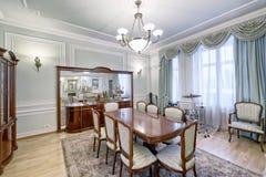 Stor äta middag tabell i inre av huset royaltyfria bilder